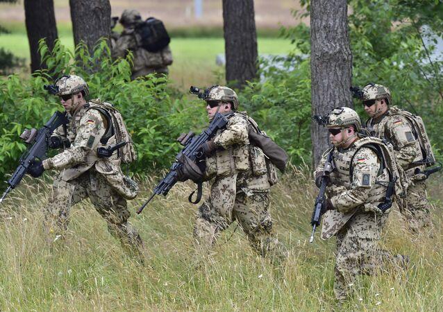 Soldados alemães durante exercícios em Neustadt am Ruebenberge, Alemanha, junho de 2016