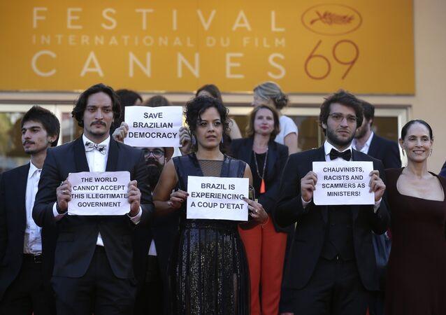 Elenco de 'Aquarius' protestando contra o governo Temer no Festival de Cannes