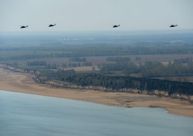 Helicópteros Mi-24 durante o ensaio da parada militar na região de Novossibirsk, Rússia, maio de 2016