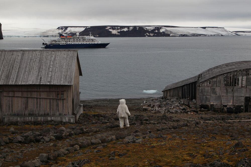 Navio de cruzeiro Sea Spirit na ilha Hooker, Terra de Francisco José