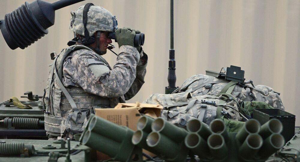 Soldado do exército dos EUA com binóculo