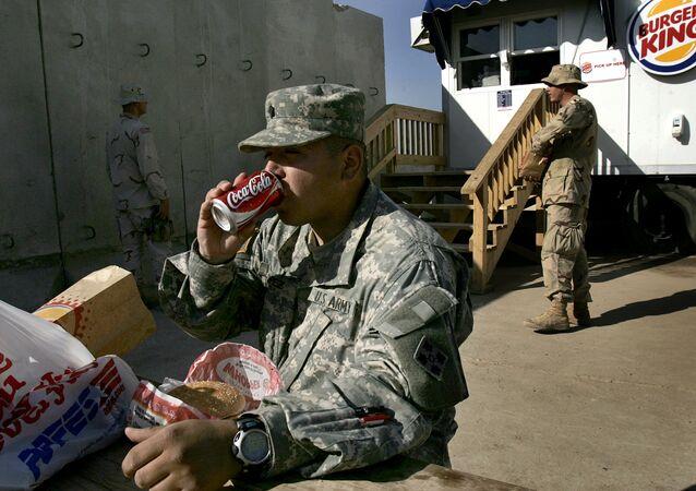 Militares norte-americanos comendo no Burger King