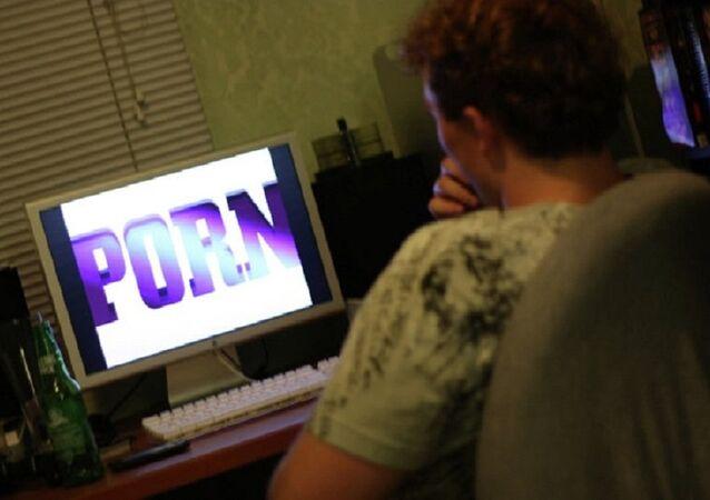 Homem assite pornô no computador