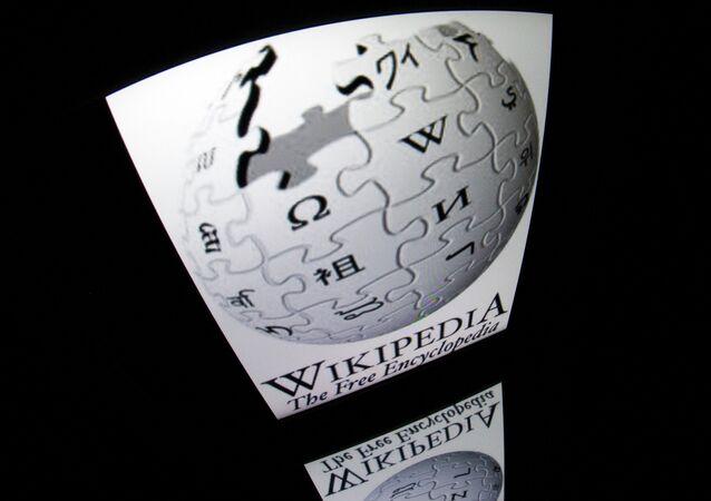 Logomarca da Wikipedia exibida na tela de um tablet