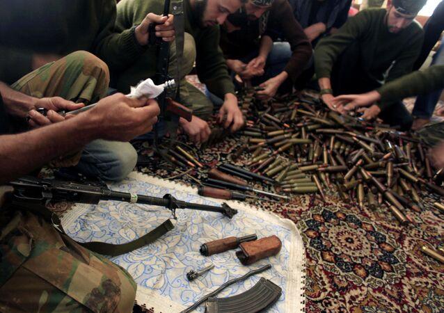 Exercito Livre da Síria checando munições nos arredores de Aleppo, na Síria