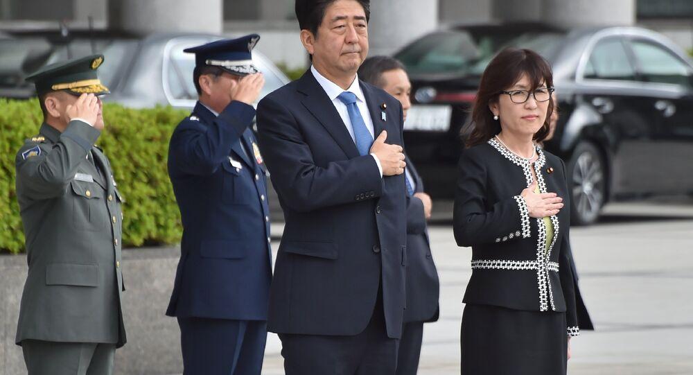 Ministra da Fedesa do Japão Tomomi Inada ao lado do atual primeiro-ministro Shinzo Abe