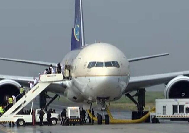 Boeing 777 da Saudi Arabian Airlines isolado no aeroporto de Manila, nas Filipinas