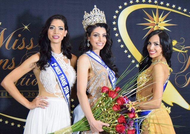 Miss Trans Star Internacional 2016 com a brasileira Rafaela Manfrini, ao centro