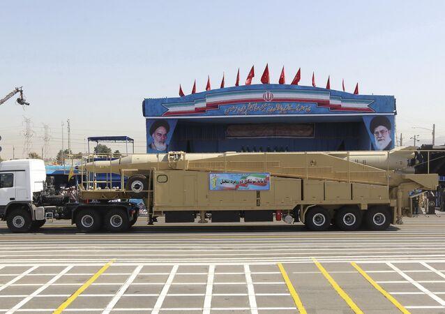 Caminhão militar levando míssil iraniano Sejil durante o desfile militar em Teerã, 21 de setembro de 2016
