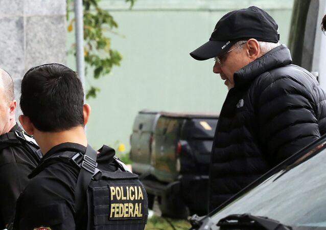 Ex-ministro Guido Mantega escoltado pela Polícia Federal