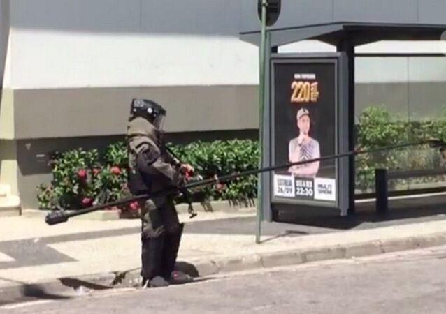 Policial do Esquadrão Antibombas retira o artefato do shopping e leva para detonação