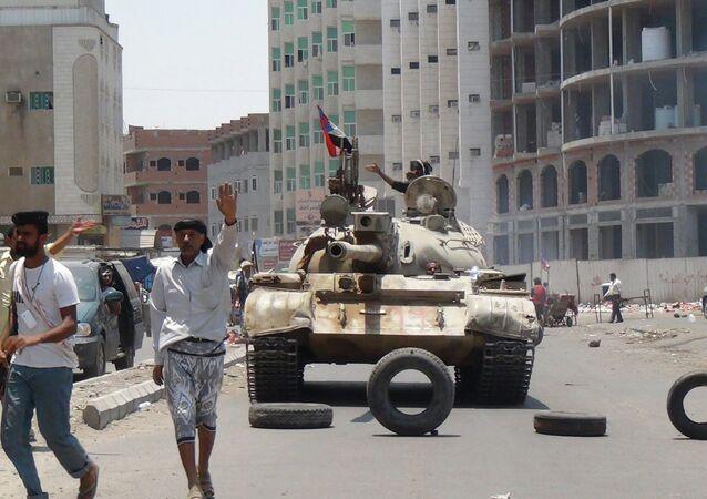 Partidários do presidente Abd Rabbuh Mansur Hadi em uma rua de Áden, no Iêmen (arquivo).