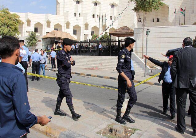 Polícia jordaniana em frente a um tribunal em Amã, na área onde foi morto Nahed Hattar, 25 de setembro de 2016