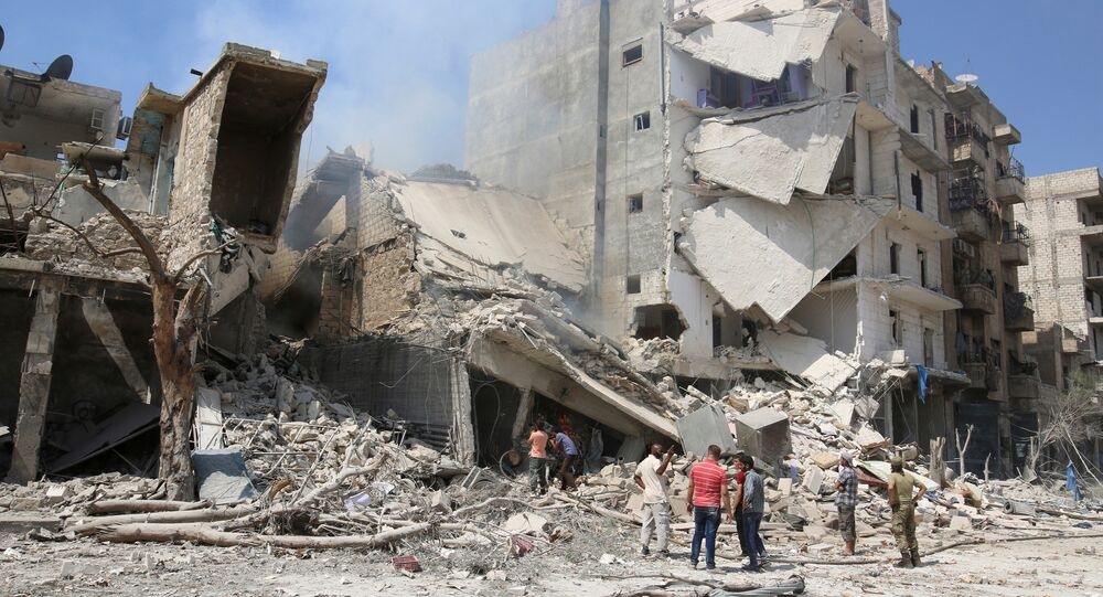 Prédios destruídos após ataques aéreos nas proximidades da cidade síria de Aleppo