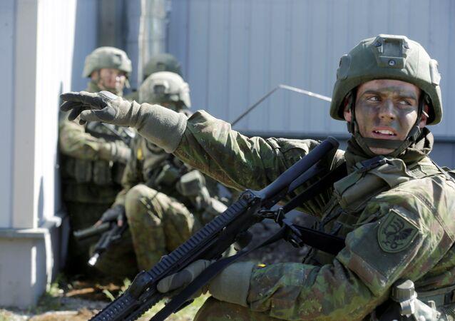 Soldados lituanos durante exercícios (arquivo)