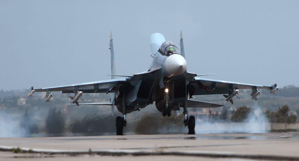 Avião militar russo Su-30 aterrissa na base aérea russa de Hmeymim na Síria, maio de 2016
