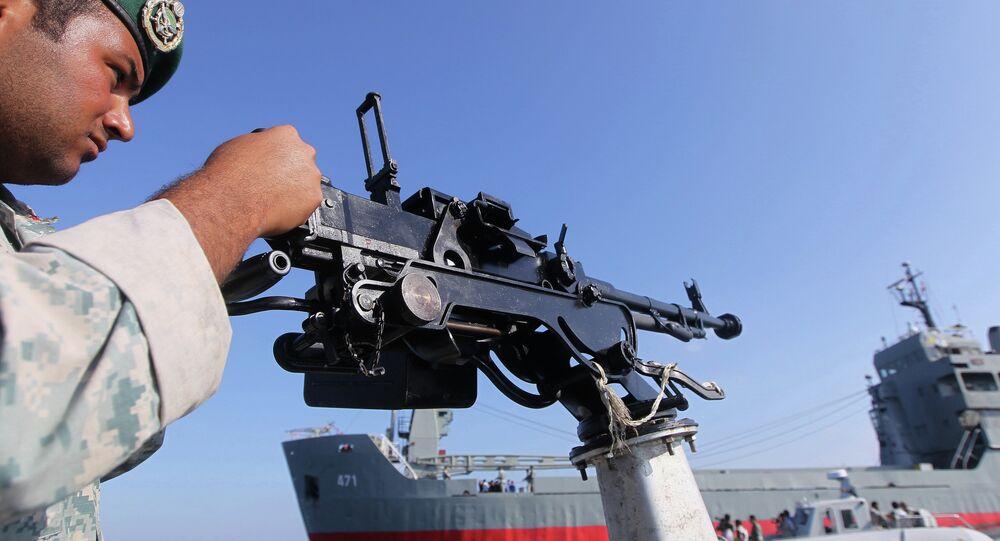 Soldado iraniano realizando vigilância a bordo da embarcação durante exercícios navais