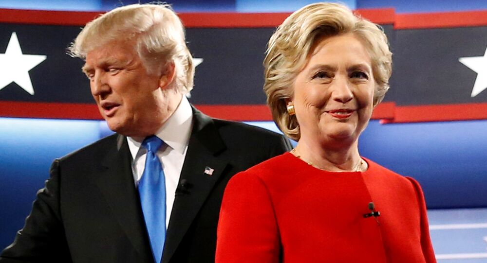 Donald Trump e Hillary Clinton participam do primeiro debate presidencial na Universidade de Hofstra, em Hempstead, Nova York em 26 de setembro de 2016