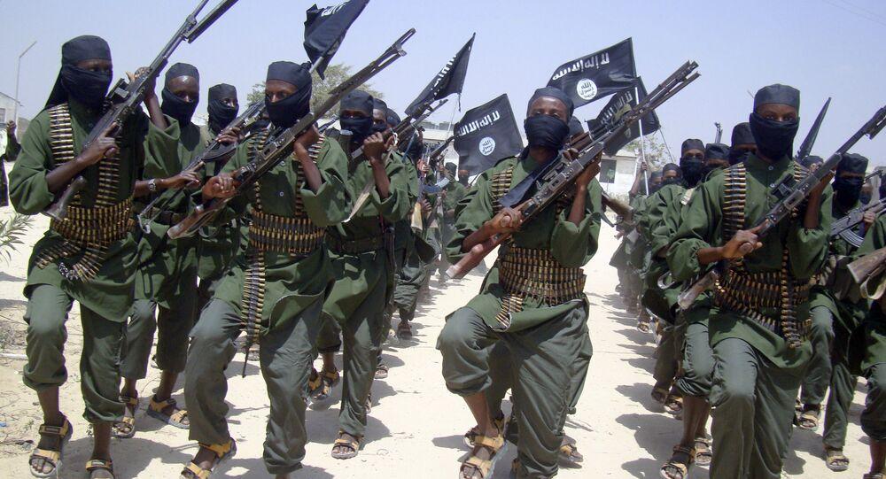 Combatentes da Al-Shabab marchando com suas armas durante exercícios militares na Somália