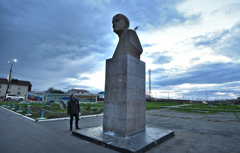 Monumento a Vladimir Lenin na praça central de Yuzhno-Kurilsk