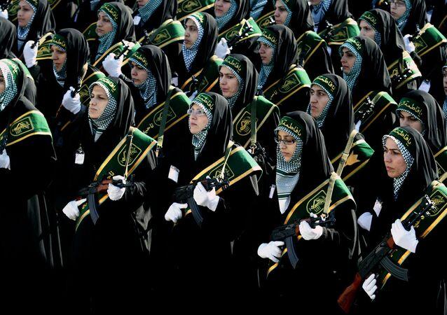 Mulheres do batalhão Ashura da milícia Basij participando de desfile militar do Corpo de Guardiões da Revolução Islâmica, Irã; 25 de novembro de 2008; agora, a polícia criou um batalhão feminino também