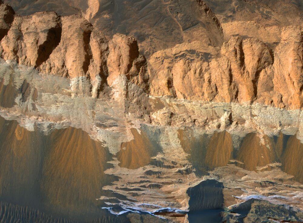 Formação geológica marciana Aram Chaos, cratera altamente desgastada