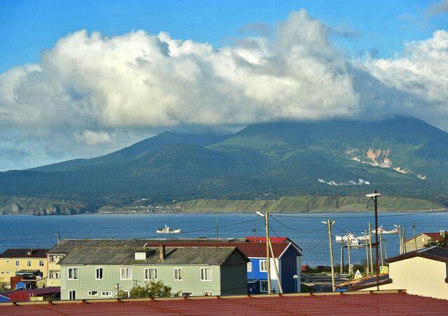Vulcão Mendeleev na ilha de Kunashir perto da povoação de Yuzhno-Kurilsk, Ilhas Curilas, Rússia (foto de arquivo)
