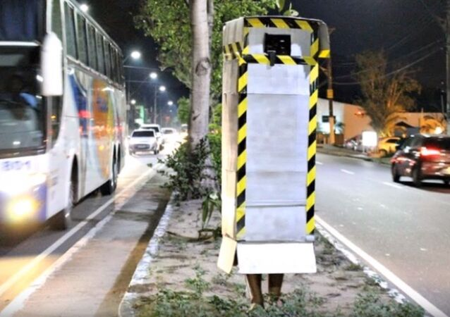 Paulo Aguiar fantasiado de radar para conscientizar motoristas a diminuir a velocidade