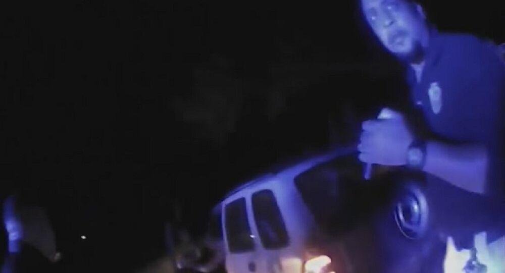 Cena do vídeo que mostra agentes atirando contra o carro de Chris Few na Louisiana