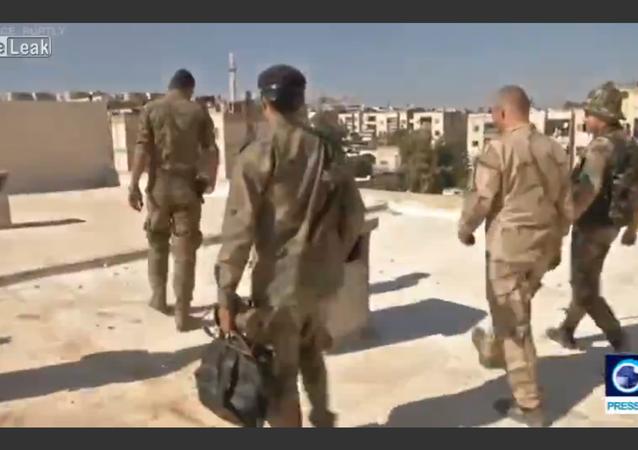 Tropas da Síria removem projétil do telhado de uma escola
