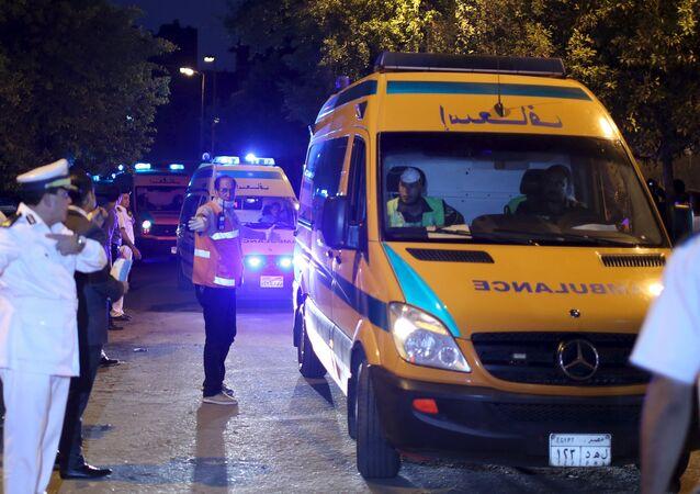 Ambulancias con los cuerpos de los pasajeros del Airbus-321 en El Cairo