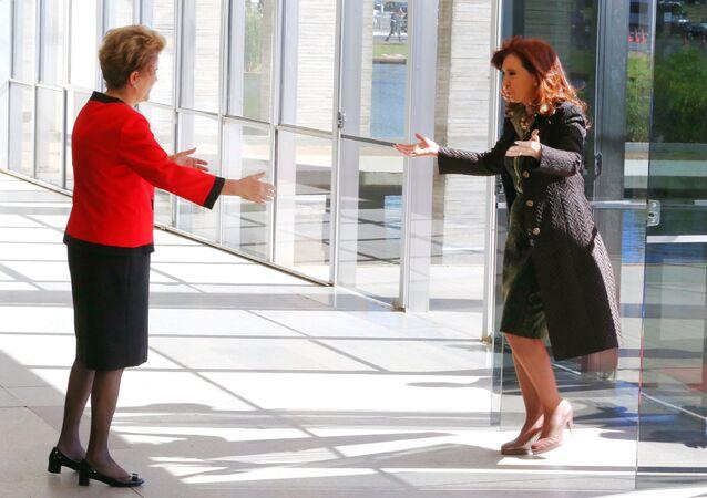 Dilma cumprimenta Cristina Kirchner, no Itamaraty