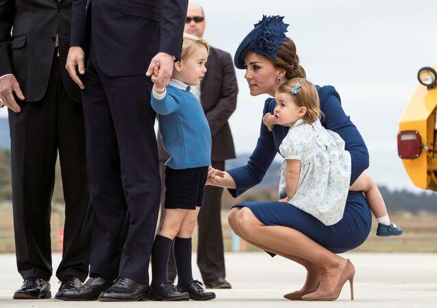 Príncipe William e duquesa de Cambridge Catherine, príncipe George e princesa Charlotte chegam ao Aeroporto Internacional de Victoria para realizar uma visita ao Canadá. 24 de setembro de 2016