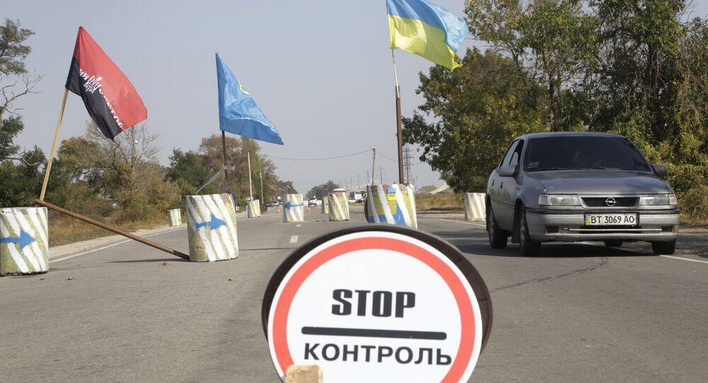 Ativistas do grupo Setor de Direita (proibido na Rúsisia) e os da comunidade de tártaros crimeanos realizam buscas e inspeção de carros e documentos na entrada à Crimeia por parte do território da Ucrânia