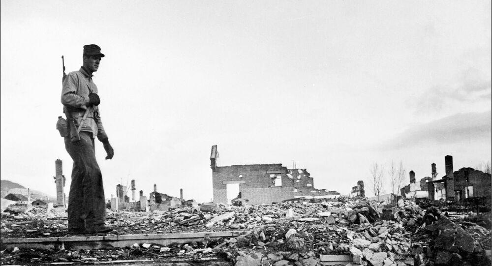 Foto de arquivo: soldado americano passeia pelas ruínas na cidade norte-coreana de Hamhung
