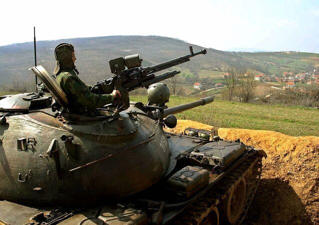Soldados dos Exércitos da Sérvia e Montenegro monitoram a fronteira entre a Sérvia e Kosovo (foto de arquivo)