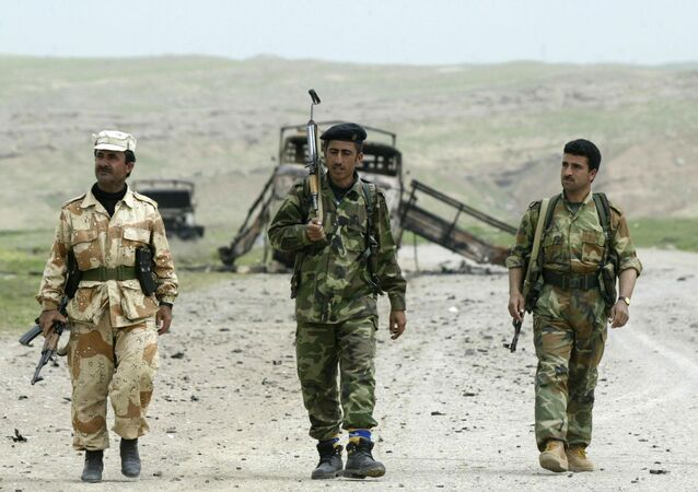 Combatentes de Peshmerga, forças  do Curdistão iraquiano após o combate de dois dias a 15 quilômetros da cidade de Mossul, Iraque
