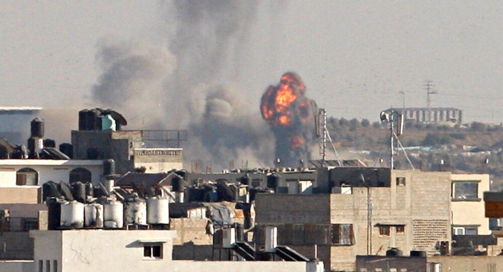 Fumaça e chamas são vistas na sequência do que testemunhas disseram ter sido um ataque aéreo israelense, a leste da Cidade de Gaza - 5 de outubro de 2016