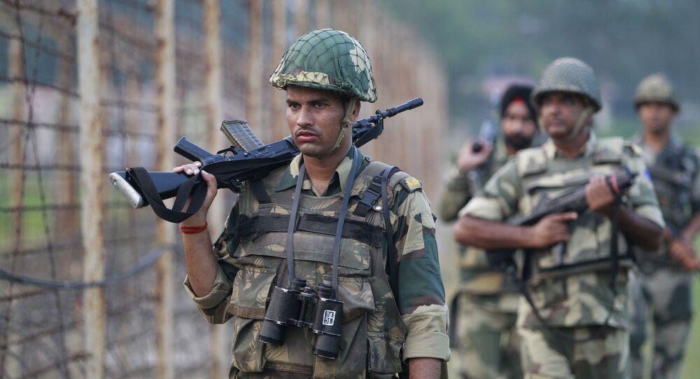 Forças de segurança indianas atuando na fronteira entre Índia e Paquistão