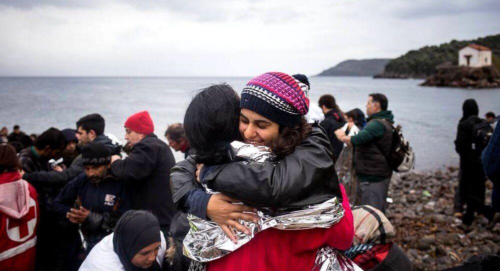 Gabriela Shapazian recebendo uma refugiada
