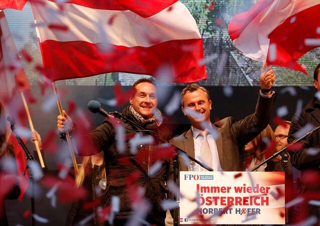 Presidenciável do Partido de Liberdade de direita Norbert Hofer ao lado do líder do partido Heinz-Christian Strache em Viena, Áustria, 22 de abril de 2016