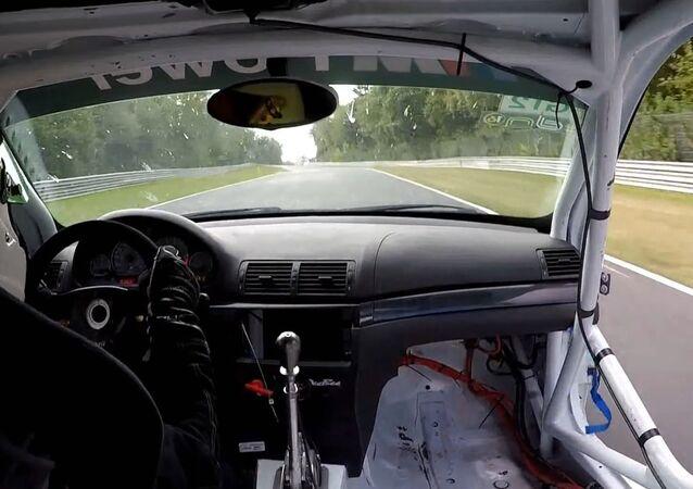 Rápido demais: carro começa se desmoronando à velocidade de 280 km/h