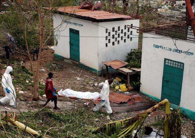Corpo resgatado após passagem do furacão Matthew pela cidade de Jeremie, no Haiti