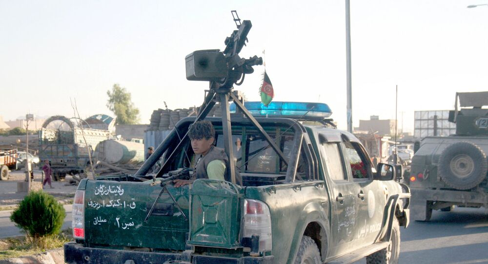 Um policial afegão vai em um carro em Tirin Kot, no sul do Afeganistão, em 8 de setembro de 2016, após combates com o Talibã