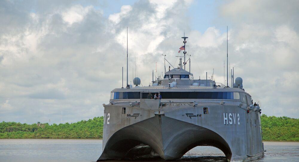 Catamarã híbrido HSV-Swift durante missão