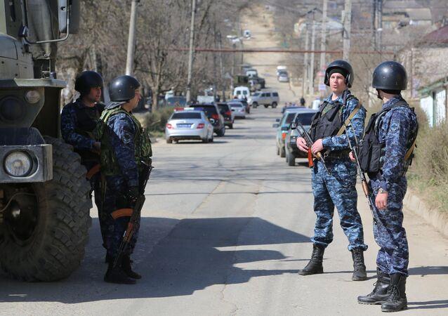 Agentes da polícia russa em operação no Daguestão