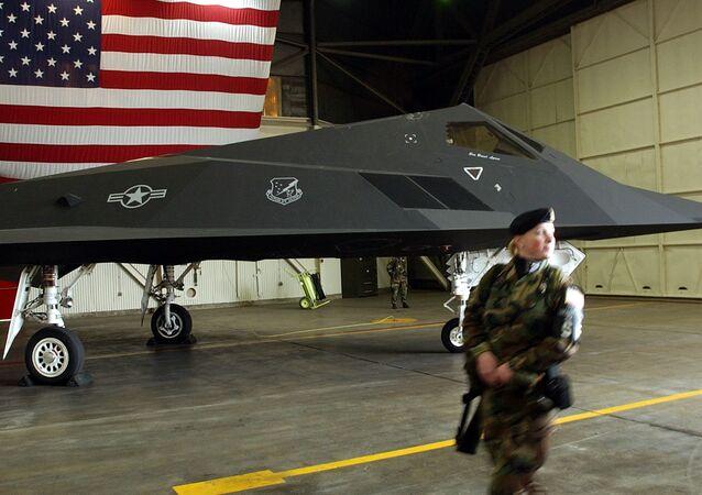 Um soldado da Força Aérea dos EUA perto do avião stealth F-117 Nighthawk