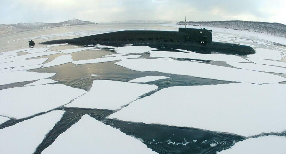 Submarino russo Georgy Pobedonosets no mar (imagem referencial)