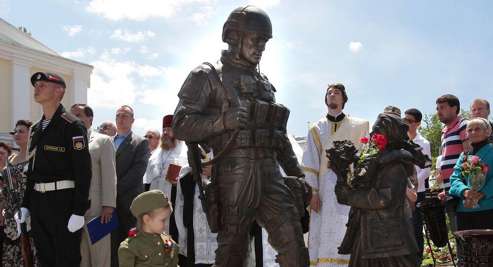 """Abertura de monumento """"Pessoas corteses"""" em Crimeia"""