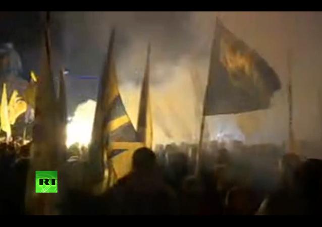 Nacionalistas marcham com tochas pelo centro de Kiev
